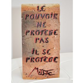 Le pouvoir ne protege pas il se protege de Miss Tic aerosol sur brique exposition art urbain galerie art le Comoedia