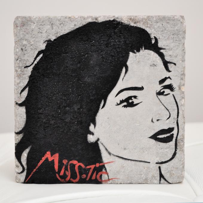 Encre aerosol sur pave Miss Tic exposition art urbain galerie art le Comoedia