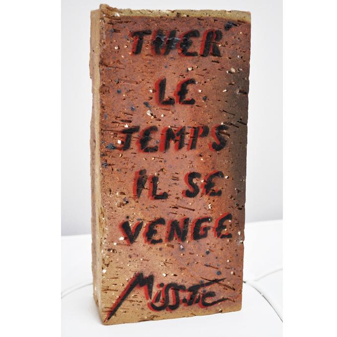 Tuer le temps il se venge de Miss Tic aerosol sur brique exposition art urbain galerie art le Comoedia