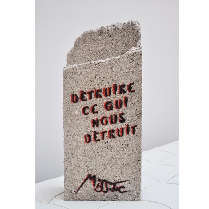 Detruire ce qui nous detruit de Miss Tic aerosol sur parpaing exposition art urbain galerie art le Comoedia