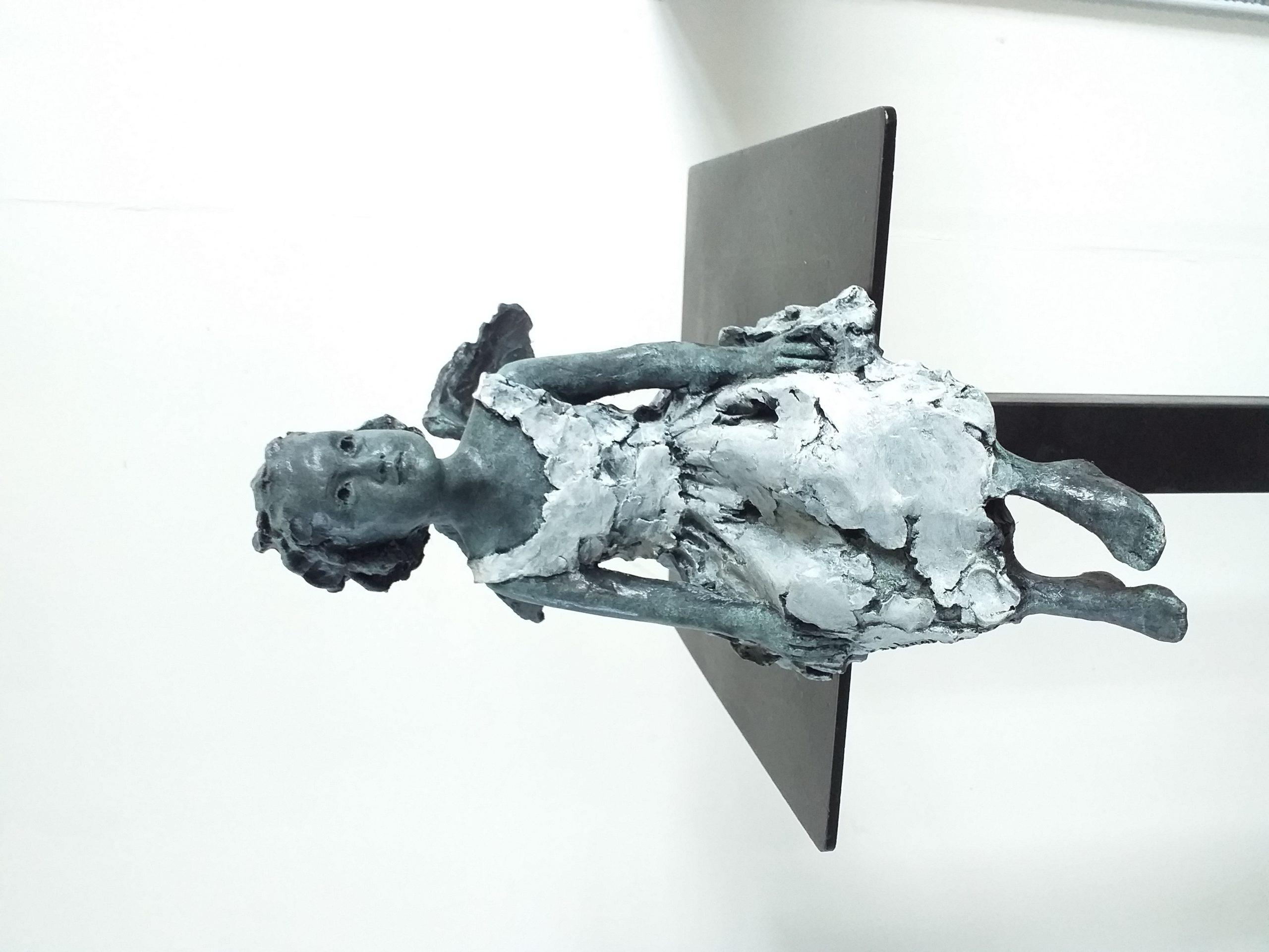 Sculpture Martine Kerbaole Fillette en robe assise et ailes d'ange