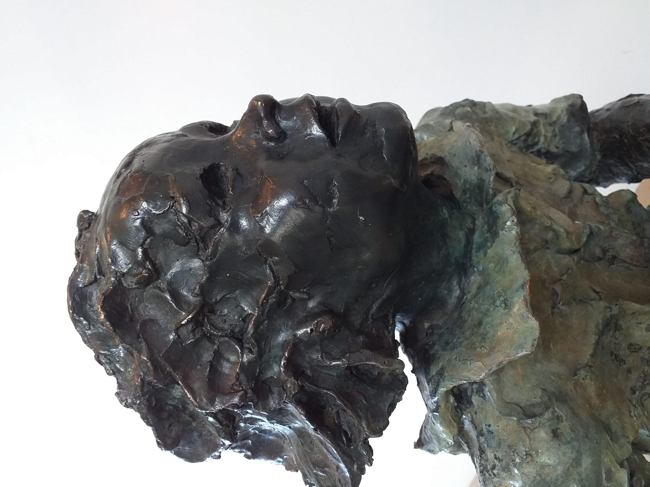 Sculpture Martine Kerbaole Filette en robe qui court