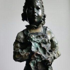 Sculpture Martine Kerbaole Fillette en salopette avec des tresses