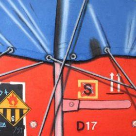 Aquagravure Peter Klasen bache bleue mur rouge panneau flamme