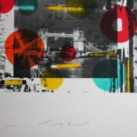 Lithographie Tony Soulié photo noir et blanc de Tower bridge fond photo en noir et blanc ronds rouges jaunes et bleus