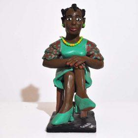 Sculpture - Eulogé Glélé - Femme africaine - Robe et talons verts - assise sur une chaise
