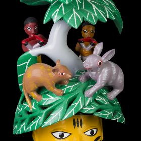 Sculpture - masque gèlèdè - Wabi DOSSOU - grand arbre à feuilles - rat et lapin face à face - enfants derrière l'arbre avec lances pierres - chassent - visage jaune et bleu