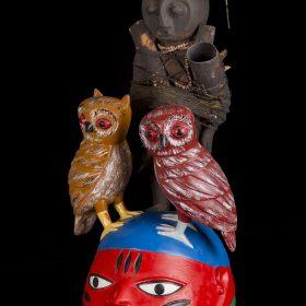 Sculpture - masque gèlèdè - Kifouli DOSSOU - chouettes - personnage - coloré : marron, brun, rouge, bleu, vert, noir, blanc