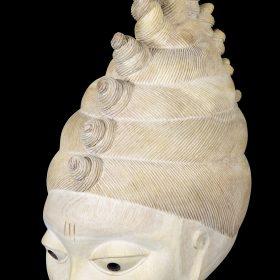 Sculpture - masque gèlèdè - Wabi DOSSOU - bois blanc - visage avec marque sur le front et la joue - cheveux coiffés en relief