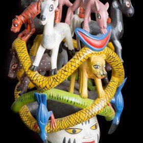 sculpture - masque gèlèdè - Kifouli DOSSOU - animaux : chèvre, tigre, oiseau, chien, chat... - coloré : jaune, vert, bleu, rose, blanc, vert, noir, orange, marron, gris