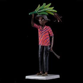 Sculpture - Didier AHADJI - Homme africain - Paysan - Chemise rose, bleu et dorée - plante dans la main - machette dans l'autre