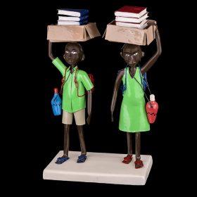 Sculpture - Didier AHADJI - Ecoliers - Carton de livres sur la tête - Gourdes d'eau en bandoulière - chemise et robe verts