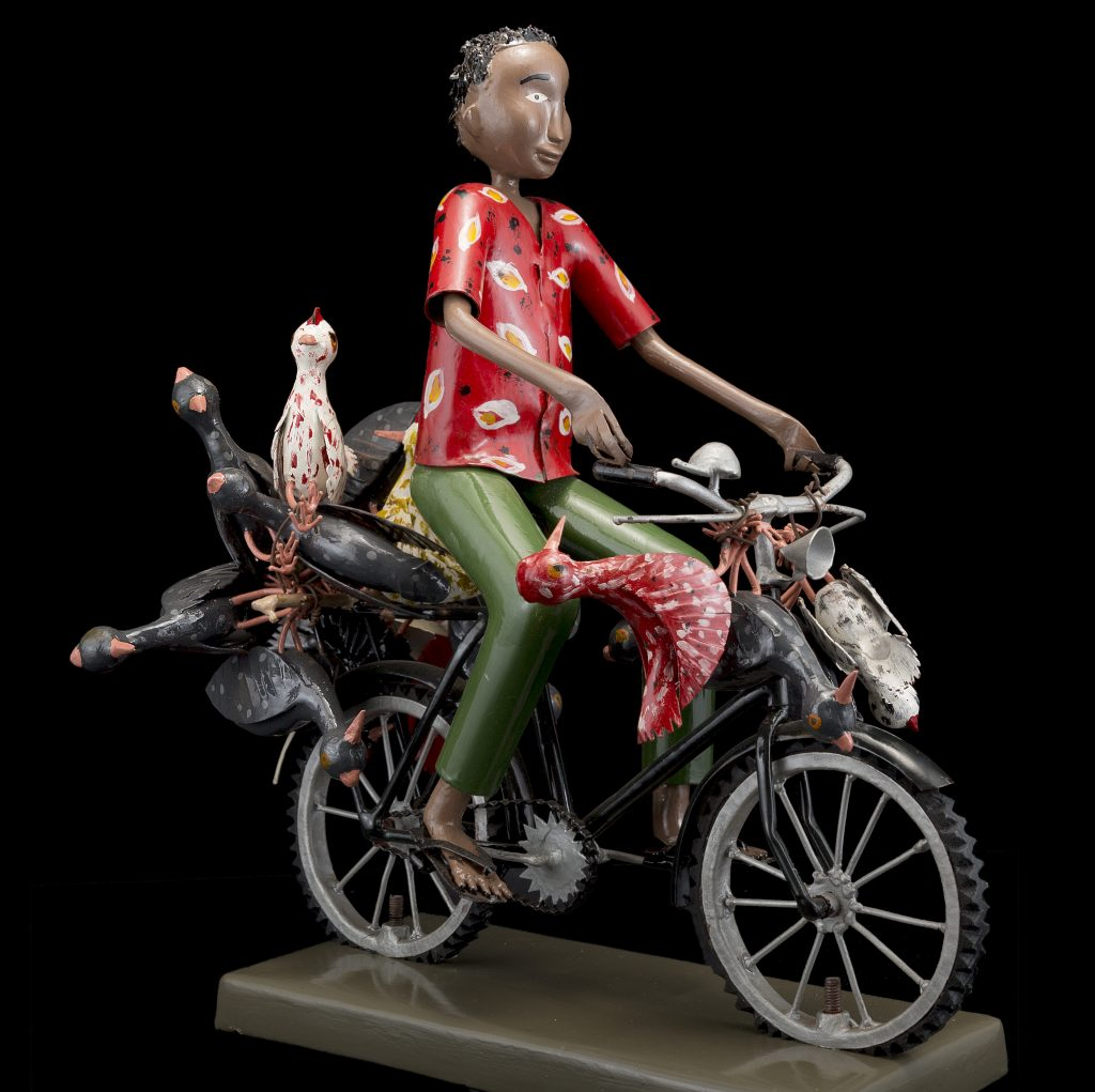 Sculpture - Didier AHADJI - Homme à vélo - oiseaux morts dessus