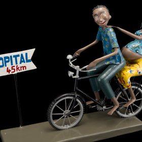 Sculpture - Didier AHADJI - Femme enceinte - homme à vélo - panneau hôpital 45 km