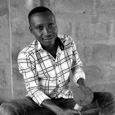 Portrait Kifouli DOSSOU - Homme africain - Sculpteur - assis