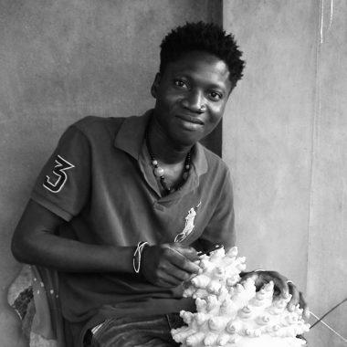 Portrait Wabi DOSSOU - Homme africain - sculpteur - assis